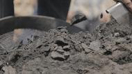 أثناء عملية تعبئة للفحم بعد انتهاء حرقه (2)